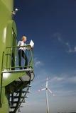 Turbina da mulher e de vento Fotografia de Stock