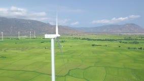 Turbina de la energía eólica en la opinión del abejón del paisaje del cielo azul y de la montaña Generador de viento para la opin almacen de video