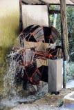Turbina de la rueda de agua en el proceso orgánico de la cosecha Imagen de archivo