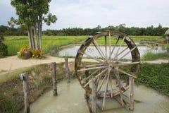Turbina de madeira para a prensa da água no campo de almofada Natureza da paisagem imagens de stock royalty free