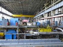 Turbina de vapor durante la reparación, maquinaria, tubos en una central eléctrica foto de archivo