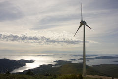 Turbina de vento com o mar no fundo Fotografia de Stock