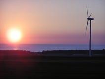 Turbina de vento, cores do crepúsculo. Fotografia de Stock Royalty Free
