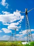 Turbina de vento de encontro ao azul Fotos de Stock