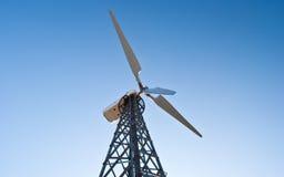 Turbina de vento de encontro ao céu azul Fotografia de Stock Royalty Free