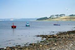 Turbina de vento do mar da paisagem dos barcos fotos de stock