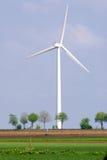 Turbina de vento em uma paisagem verde Foto de Stock Royalty Free
