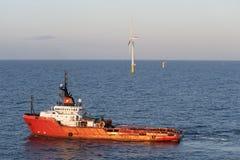 Turbina de vento a pouca distância do mar Fotos de Stock Royalty Free