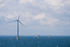 Turbina de vento a pouca distância do mar Foto de Stock Royalty Free