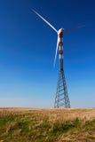 Turbina de vento solitário Imagens de Stock Royalty Free