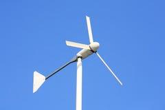 Turbina de viento blanca en el cielo azul claro Imágenes de archivo libres de regalías