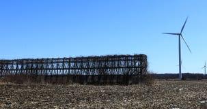 Turbina de viento cerca de un pesebre 4K del maíz metrajes