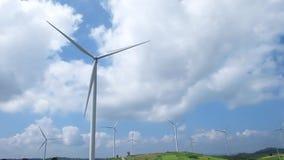 Turbina de viento con el fondo del cielo azul metrajes