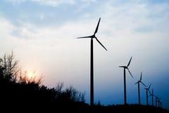 Turbina de viento con la puesta del sol Imagenes de archivo