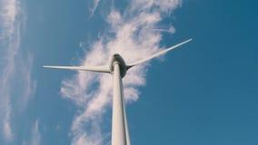 Turbina de viento con un cielo azul almacen de video