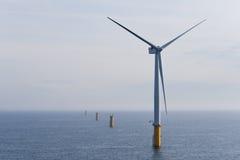 Turbina de viento costa afuera Imagenes de archivo