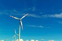 Turbina de viento de una planta de la energía eólica para la electricidad Imagen de archivo libre de regalías