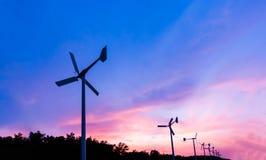 Turbina de viento el tiempo del crepúsculo de la puesta del sol Fotografía de archivo libre de regalías