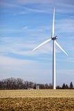 Turbina de viento en campo Fotos de archivo libres de regalías