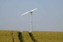 Turbina de viento en campo. Fotografía de archivo libre de regalías