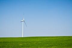 Turbina de viento en campo verde Imagen de archivo libre de regalías