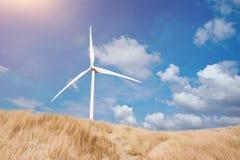 Turbina de viento en dunas en la playa Fotos de archivo libres de regalías