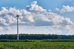 Turbina de viento en el ambiente rural con el cielo azul vivo Fotos de archivo libres de regalías