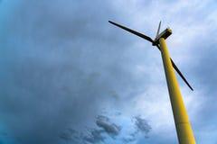 Turbina de viento en el cielo azul imagen de archivo libre de regalías