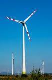 Turbina de viento en el cielo azul Foto de archivo libre de regalías