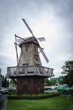 Turbina de viento en el pueblo Imagen de archivo