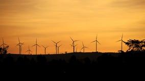 Turbina de viento en la montaña que hace energía eléctrica metrajes