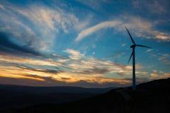 Turbina de viento en la puesta del sol Imágenes de archivo libres de regalías