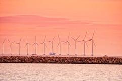 Turbina de viento en la puesta del sol cerca de Copenhague foto de archivo libre de regalías