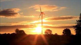 Turbina de viento en la salida del sol, energía eólica almacen de video
