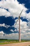 Turbina de viento en paisaje de la agricultura Fotos de archivo