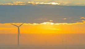 Turbina de viento en un campo en la salida del sol Imagen de archivo