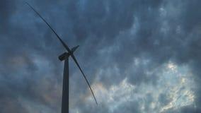 Turbina de viento en un parque eólico grande en Crimea Producci?n energ?tica el?ctrica renovable Nubes oscuras pesadas r almacen de video