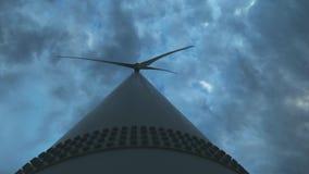 Turbina de viento en un parque eólico grande en Crimea Producci?n energ?tica el?ctrica renovable Nubes oscuras pesadas r metrajes