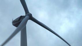 Turbina de viento en un parque eólico grande en Crimea Producci?n energ?tica el?ctrica renovable Nubes oscuras pesadas r almacen de metraje de vídeo