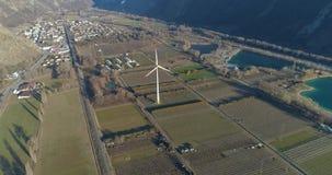 Turbina de viento en un valle del montain almacen de metraje de vídeo