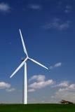 Turbina de viento en una ladera Imágenes de archivo libres de regalías