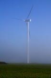 Turbina de viento gigante en la niebla Fotos de archivo libres de regalías