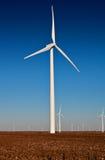 Turbina de viento grande en un campo del algodón Foto de archivo libre de regalías