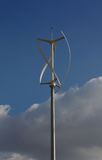 Turbina de viento helicoidal con las nubes Fotos de archivo
