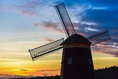 Turbina de viento de la puesta del sol Imágenes de archivo libres de regalías