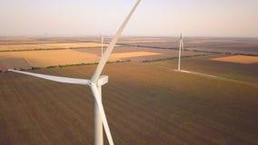 Turbina de viento de la visión aérea, molinoes de viento en campo del parque eólico Granja de la hierba de molino de viento, desa almacen de video