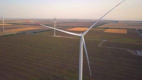 Turbina de viento de la visión aérea, molinoes de viento en campo del parque eólico Granja de la hierba de molino de viento, desa metrajes