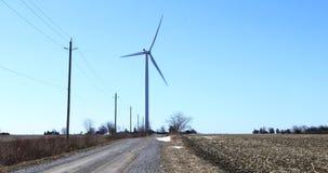 Turbina de viento a lo largo de una carretera nacional 4K metrajes