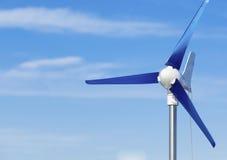 Turbina de viento produciendo poder renovable de la energía alternativa en el cielo azul Imagen de archivo libre de regalías