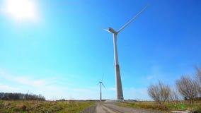 Turbina de viento que genera electricidad en el cielo azul Opinión de ángulo bajo almacen de video